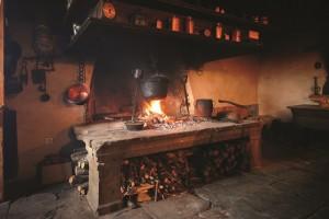 Priprava večerje na domačem ognjišču